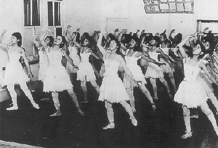 Dance_lesson_at_Takarazuka_Music_School_in_1919.JPG